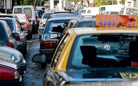 """Le lendemain on roule toute """"vitres ouvertes"""".... rupture de stock... il faudra attendre plusieurs semaines pour que toutes les voitures remplacent les cartons par des pare brises."""